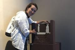 Dana, osahává exponát, jež je k osahávání určený